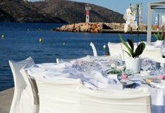 Tabla puesta en la boda de playa fotos de archivo
