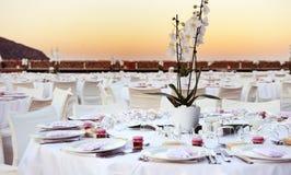 Tabla puesta en la boda de playa Fotografía de archivo