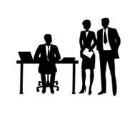 Tabla que se sienta del hombre de negocios con el ordenador, hablando con los compañeros de trabajo Imagen de archivo libre de regalías