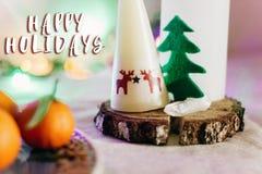 Tabla rústica de la Navidad con la vela con los renos y el árbol del fieltro Fotos de archivo libres de regalías