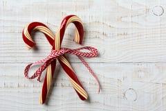Tabla rústica pasada de moda de dos bastones de caramelo Fotografía de archivo libre de regalías