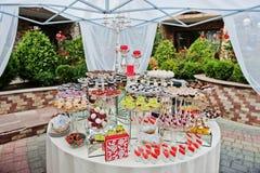 Tabla redonda del abastecimiento de la boda con diversos dulces al aire libre Imagen de archivo