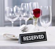 Tabla reservada en el restaurante romántico fotografía de archivo