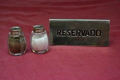 Tabla reservada en un restaurante Fotos de archivo