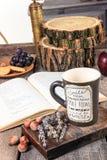 Tabla retra con el libro y la taza de té o de café Fotografía de archivo libre de regalías