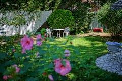 Tabla romántica del patio trasero para 2 Foto de archivo