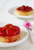 Tabla romántica: tortas de la fruta y azalea de la flor Fotos de archivo