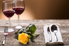 Tabla Romantically puesta con las rosas amarillas y el vino, atmósfera romántica Fotos de archivo