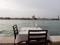 Tabla romántica en Venecia Imagenes de archivo