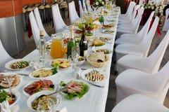 tabla servida con la comida y bebidas en el restaurante fotos de archivo