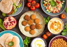Tabla servida con los platos tradicionales de Oriente Medio Imágenes de archivo libres de regalías