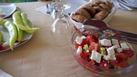 Tabla servida en el café al aire libre de la terraza del verano Ensalada con el tomate, el queso blanco y las pimientas verdes La almacen de video