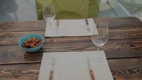 Tabla servida en un restaurante al aire libre almacen de video