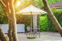 Tabla, sillas y parasol modernos en cubiertas fotos de archivo libres de regalías