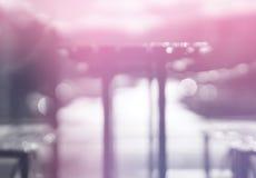 Tabla soñadora rosada horizontal del café con backgrou ligero del bokeh del escape imagenes de archivo