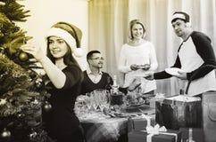 Tabla sonriente alegre del ajuste de la familia para la cena Fotografía de archivo libre de regalías