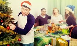 Tabla sonriente feliz del ajuste de la familia para la cena Foto de archivo libre de regalías