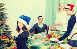Tabla sonriente positiva alegre del ajuste de la familia para la cena Imagen de archivo