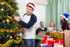 Tabla sonriente positiva feliz del ajuste de la familia para la cena Imagen de archivo libre de regalías