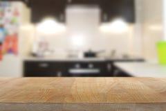 Tabla superior de madera con el fondo del interior de la cocina fotos de archivo libres de regalías