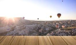 Tabla superior de madera en los balones de aire de la visión superior que aterrizan en una montaña Ca imagen de archivo libre de regalías