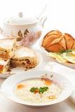 Tabla tártara tradicional del día de fiesta Tokmach - sopa de fideos con el pollo Triángulos - empanadas de carne y torta dulce Imágenes de archivo libres de regalías