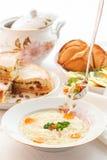 Tabla tártara tradicional del día de fiesta Tokmach - sopa de fideos con el pollo Triángulos - empanadas de carne y torta dulce Fotos de archivo