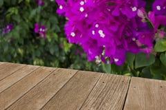 Tabla vacía del tablero de madera delante del fondo borroso Foto de archivo libre de regalías