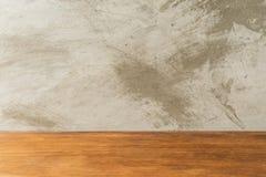 Tabla vacía del tablero de madera delante del fondo concreto Foto de archivo libre de regalías