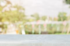 Tabla vacía del tablero de piedra delante del fondo borroso Piedra marrón de la perspectiva sobre la falta de definición en cafet Foto de archivo libre de regalías