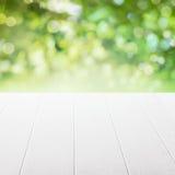 Tabla vacía en un jardín del verano Imagen de archivo libre de regalías