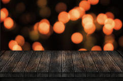 Tabla vacía, tablero con las luces de la Navidad Empañado, luces del bokeh en fondo Foto de archivo