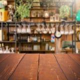 Tabla vacía y cocina borrosa, exhibición del producto Imagenes de archivo