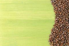 Tabla verde de los granos de café Imagen de archivo