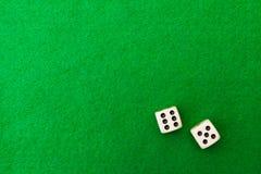 Tabla verde del casino con los dados imagen de archivo libre de regalías