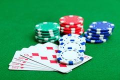 Tabla verde del casino con los microprocesadores y las tarjetas del juego imagen de archivo