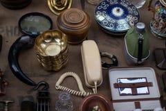 Tabla vieja con diversas antigüedades fotos de archivo