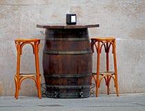 Tabla vieja de las épocas hecha de barril y de dos taburetes fotos de archivo