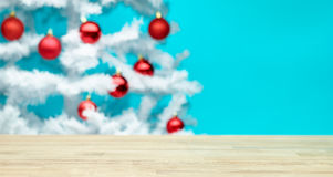 Tabla y árbol de navidad Imágenes de archivo libres de regalías