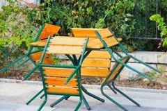 Tabla y cuatro sillas Foto de archivo