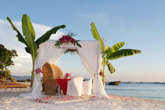 Tabla y disposición de la boda con las flores en la playa foto de archivo libre de regalías