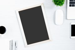 Tabla y equipo de madera blancos del escritorio de oficina para trabajar con el blac imágenes de archivo libres de regalías