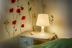 Tabla y lámpara imagenes de archivo