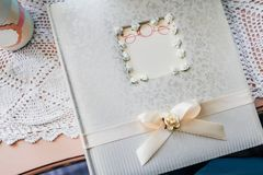 Tabla y libro de visitas del regalo durante una recepción nupcial Fotos de archivo libres de regalías