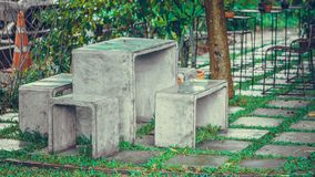 Tabla y silla concretas al aire libre fotos de archivo