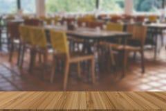 tabla y silla de madera en cafetería del café Interior del restaurante fotografía de archivo libre de regalías