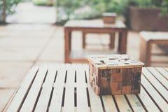 tabla y silla de madera de la caja del tejido en cafetería del café restaurante adentro fotografía de archivo libre de regalías