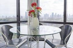 Tabla y silla en la oficina Fotografía de archivo libre de regalías