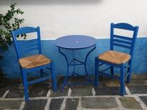 Tabla y silla griegas del bleu Imágenes de archivo libres de regalías