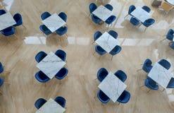 Tabla y silla vacías en el restaurante o la oficina abierta, visión superior Concepto de espacio vacante y abandonado en el edifi foto de archivo libre de regalías